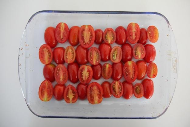 לא חייבים לסדר את העגבניות בתבנית, אפשר סתם לזרוק אותן