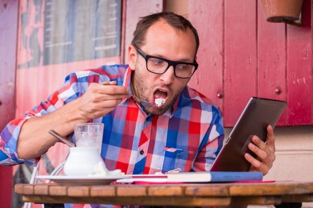אכילה קשובה אינה מעודדת מולטי-טאסקינג בזמן הארוחה