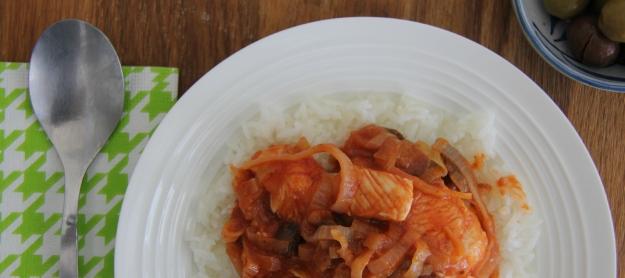 חזה עוף ברוטב עגבניות עם זיתים וכרישה