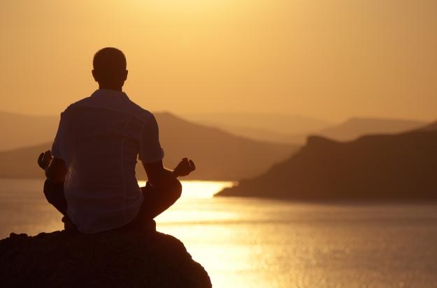 תרגול של מדיטציה וחיבור מחדש אל הגוף אפשר לעשות בכל מקום, לא רק מול הים